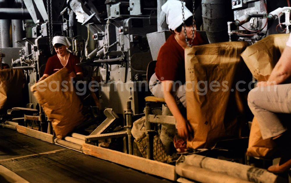 GDR photo archive: Güstrow - Filling plant for pouring sugar into valve bags in the VEB sugar factory Nordkristall Guestrow in Guestrow in the state Mecklenburg-Western Pomerania in the area of the former GDR, German Democratic Republic