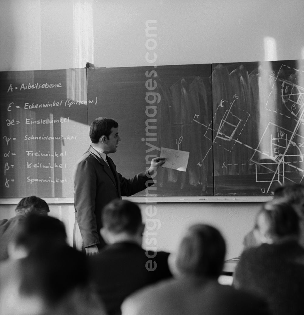 GDR photo archive: Berlin - Weißensee - Explanation of the cutting edge on the blackboard in adult qualification in VEB 7th October in Berlin - Weissensee. This is for turning machines for the production of rotationally symmetrical workpieces by the machining manufacturing processes turning their application