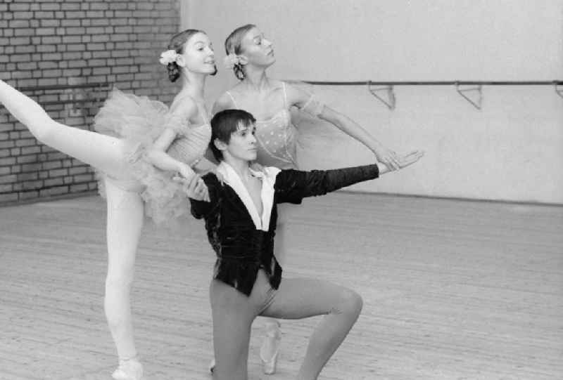 Ballet lessons in the state ballet school and school for acrobatics in Berlin, the former capital of the GDR, German democratic republic