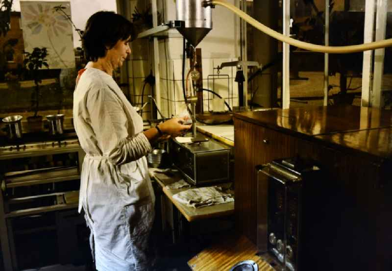 Sugar content test in the laboratory Production and manufacture of sugar, syrup, molasses and lime fertilizer from the 'VEB Zuckerfabrik Nordkristall Guestrow' in Guestrow in the state of Mecklenburg-Western Pomerania in the area of the former GDR, German Democratic Republic